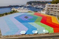 Heller Hubschrauberlandungsplatz, Luxusyachten in der Bucht von Monaco Public domain Hexa Anmutdachterrasse des Auditoriums-Regen stockfoto
