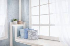 Heller Innenraum, Fenster mit Vorhängen stockbild