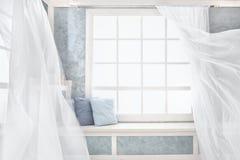 Heller Innenraum, Fenster mit Vorhängen lizenzfreie stockbilder
