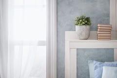 Heller Innenraum, Fenster mit Vorhängen lizenzfreie stockfotografie
