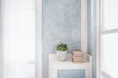 Heller Innenraum, Fenster mit Vorhängen lizenzfreie stockfotos