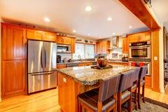 amerikanischer hausinnenraum küche mit insel und schemeln ... - Amerikanische Kche Insel