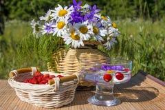 Heller Korb der Frucht und der Blume lizenzfreies stockfoto