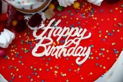 Heller Kuchen mit einer Geburtstagsaufschriftnahaufnahme Lizenzfreies Stockfoto
