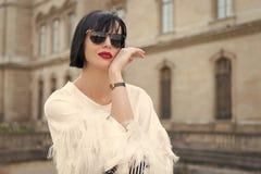 Heller Make-upuniversalit?tszusatz Moderne Modellaufstellung der Frau im Freien M?dchen Brunette-Pendelfrisur schaut stilvoll stockfotos