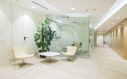 Heller minimalistic Büroinnenraum Stockfotografie
