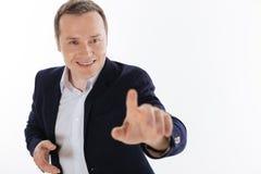 Heller motivierter bewundernswerter Herr, der oben seine Hand erreicht stockfotos