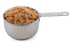 Heller muscovado Zucker stellte sich in einem Cupmaß dar Lizenzfreie Stockfotografie