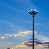 Heller Pfosten auf Hintergrund des blauen Himmels stockfotos