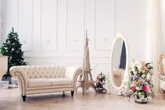 Heller Raum und stilvoller weißer Innenraum Stockfoto
