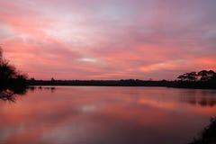 Heller Reflexionsfluß und Sonnenaufgangwasserhintergrund Stockfoto