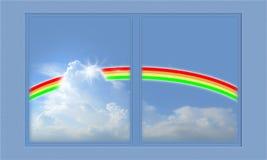 Heller Regenbogen im blauen Himmel und im Feld. Stockbild