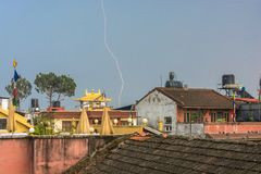 Heller Reißverschluss über den Dächern von Kathmandu, Nepal Stockfotografie