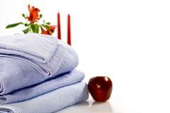 Heller roter Apfel, rote Blumen und Tücher Lizenzfreies Stockfoto