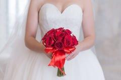 Heller roter Blumenstrauß von Rosen und Baby ` s von Atem mit Bergkristallen Stockfoto