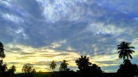 Heller roter Sonnenuntergang über der Stadt, schreckliche dunkle Wolken der Tageslichtstreuung, wünschend zu uns ruhige Nacht Lizenzfreie Stockbilder