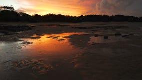 Heller roter Sonnenuntergang über Fraser Island in Queensland, Australien stock video footage