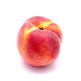 Heller saftiger Pfirsich auf einem weißen Hintergrund Lizenzfreies Stockfoto