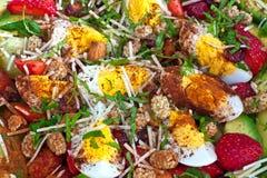 Heller Salat mit Eiern, Avocado und Erdbeeren Lizenzfreies Stockfoto