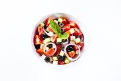 Heller Salat mit Gemüse und Basilikum. Lokalisiert auf weißem backgro Stockbilder