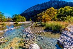 Heller schöner Herbstlaub auf Crystal Clear Frio River stockbild