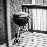Heller Schnee-Fall auf einen Grill im Freien lizenzfreie stockfotos