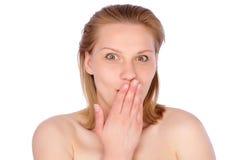 Heller Schuß der jungen Frau mit der Hand nahe ihrem Gesicht Lizenzfreies Stockfoto