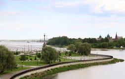 Heller Sommertag im Strelka von Yaroslavl stockbilder