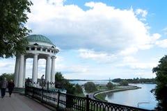 Heller Sommertag im Strelka von Yaroslavl lizenzfreies stockbild