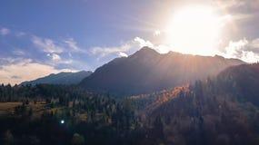 Heller Sonnenschein über Bergen stockbild