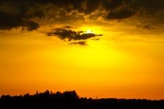 Heller Sonnenuntergang über dem Fluss stockbild