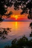 Heller Sonnenuntergang über dem Meer Stockbild