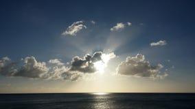 Heller Sonnenuntergang über dem Ozean Stockbilder