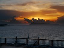 Heller Sonnenuntergang über einem Balkon Stockfoto