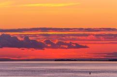Heller Sonnenuntergang mit Wolken Stockfotos