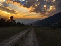 Heller Sonnenuntergang von den Bergen stockbilder