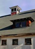 Heller sonniger später Falltag hebt die Kuppel und die Fenster auf einer schmutzigen Neu-England Weißscheune hervor Lizenzfreie Stockfotografie