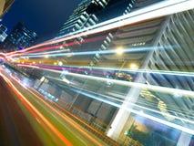 Heller Stadt-Verkehr nachts Stockfotos