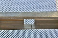 Heller Stahlrahmen mit Stahlmasche Stockbilder