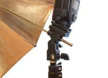 Heller Stand mit Blitz und Regenschirm Lizenzfreies Stockbild