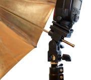 Heller Stand mit Blitz- und Regenschirmhalter Stockbilder