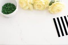 Heller stilvoller Marmorierungdesktop mit gelben Rosen, schwarzes weißes Streifendesign Titelwebsite oder Heldwebsite, Draufsicht Stockfoto