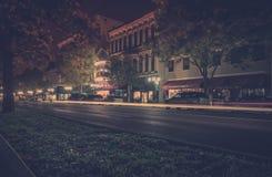 Heller Streifen vom Auto in der Stadt nachts stockbilder