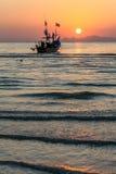 Heller tropischer Sonnenuntergang im Hintergrundboot Lizenzfreies Stockfoto