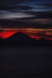 Heller tropischer Sonnenuntergang und Schattenbilder von Agungs-Vulkan auf der Insel von Bali in Indonesien Stockfotos
