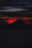 Heller tropischer Sonnenuntergang und Schattenbilder von Agungs-Vulkan auf der Insel von Bali in Indonesien Lizenzfreie Stockbilder