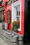 Heller und bunter Eintritt zu Bill Chawke Bar- und Bier-Garten, Adare, Irland, im Oktober 2014 Lizenzfreie Stockfotos