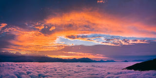 Heller und bunter Sonnenuntergang Lizenzfreies Stockbild