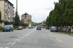 Heller Verkehr auf einem Hauptboulevard in Lupeni-Stadt Lizenzfreies Stockfoto