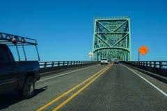 Heller Verkehr, der den Columbia River kreuzt Stockbild